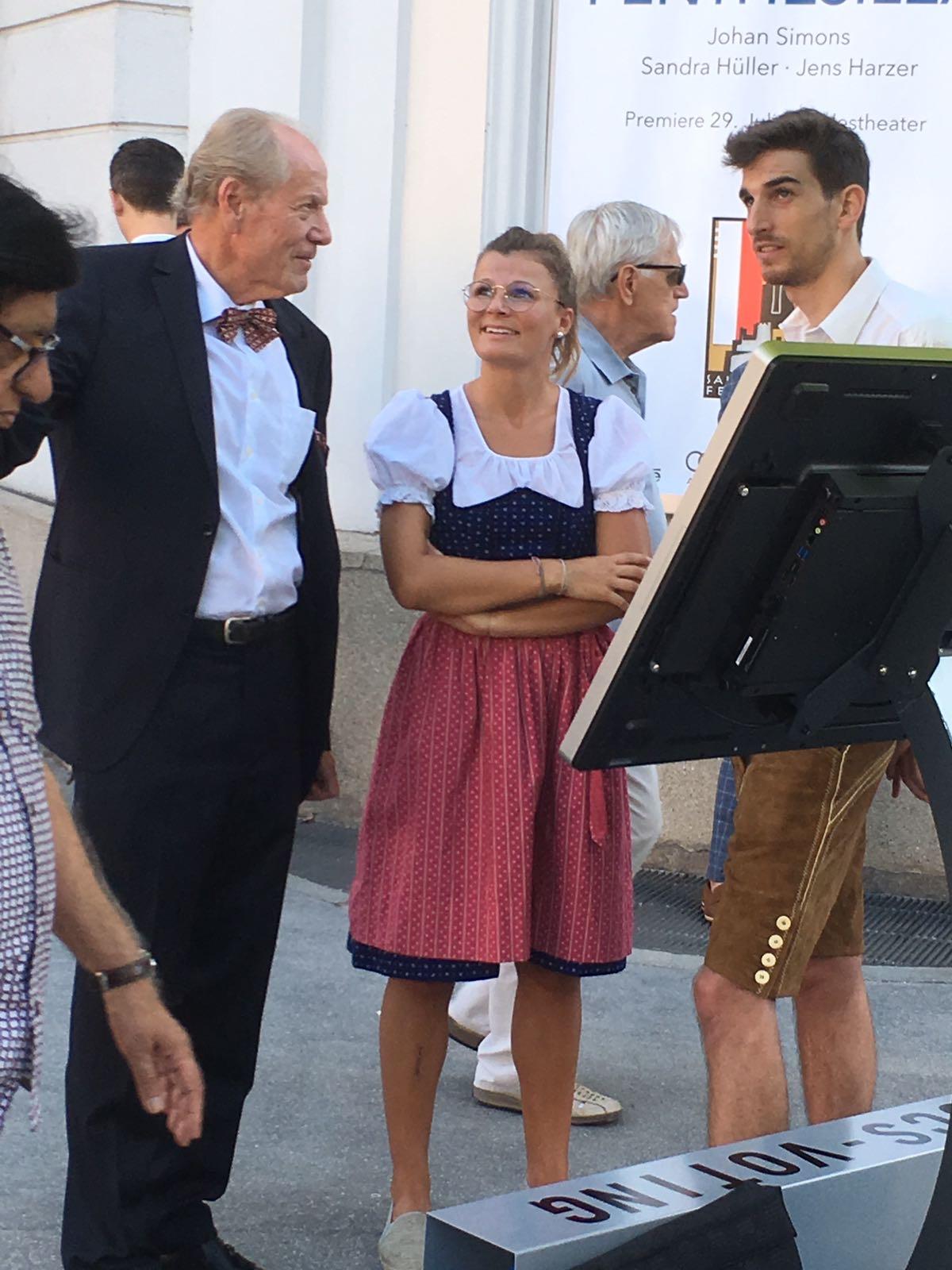 CCS-Voting vor dem Landestheater bei den Salzburger Festspielen im Einsatz - Projektentwicklung und Durchführung: Pixelstudio, Hallein